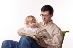 Uomo e bambino con il libro Immagine Stock