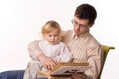 Uomo e bambino con il libro Immagini Stock