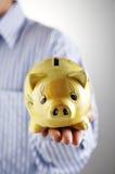 Uomo e banca piggy immagine stock libera da diritti