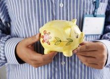 Uomo e banca piggy fotografia stock libera da diritti