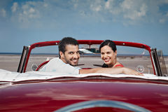 Uomo e bella donna che abbracciano in automobile del cabriolet immagini stock libere da diritti