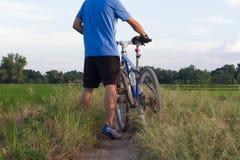 Uomo e bicicletta Immagine Stock Libera da Diritti