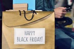 Uomo e borsa con il testo venerdì nero felice Immagini Stock Libere da Diritti
