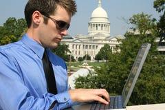 Uomo e calcolatore a Campidoglio fotografie stock libere da diritti