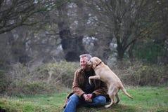Uomo e cane Immagini Stock Libere da Diritti