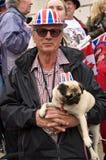 Uomo e cane britannici alla cerimonia nuziale reale fotografie stock libere da diritti