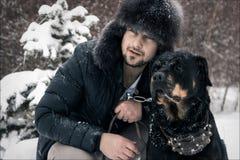 Uomo e cane nella neve Fotografia Stock Libera da Diritti
