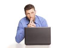 Uomo e computer portatile di pensiero Fotografie Stock Libere da Diritti