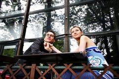 Uomo e donna ad una tabella in caffè Fotografia Stock Libera da Diritti
