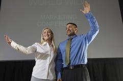 Uomo e donna alla convenzione di affari Fotografie Stock