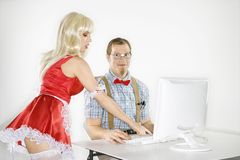 Uomo e donna allo scrittorio del calcolatore Immagine Stock