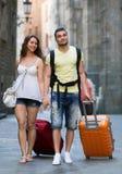 Uomo e donna in breve che camminano attraverso la città Fotografie Stock Libere da Diritti