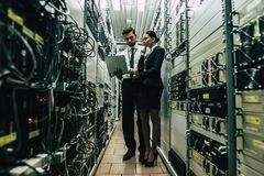 Uomo e donna in centro dati immagine stock