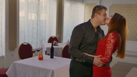 Uomo e donna che abbracciano le coppie di amore nel ristorante un la sera romantica video d archivio