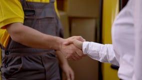 Uomo e donna che agitano le mani esterno