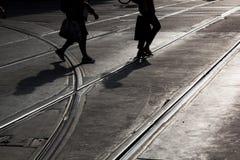 Uomo e donna che attraversano la via Fotografia Stock