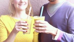Uomo e donna che bevono frullato sano stock footage
