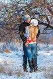 Uomo e donna che camminano nel parco fotografia stock