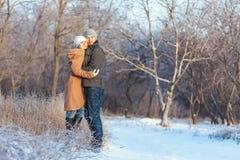 Uomo e donna che camminano nel parco immagine stock libera da diritti