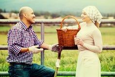 Uomo e donna che chiacchierano e che godono del latte Immagine Stock
