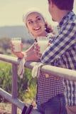 Uomo e donna che chiacchierano e che godono del latte all'aperto Fotografia Stock Libera da Diritti