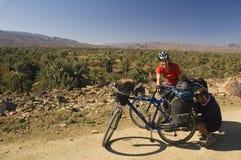 Uomo e donna che ciclano nel Marocco del sud Fotografie Stock Libere da Diritti