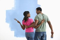 Uomo e donna che discutono job della vernice. Immagine Stock