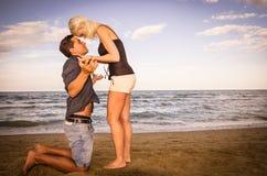 Uomo e donna che discutono sulla spiaggia fotografia stock libera da diritti