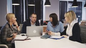 Uomo e donna che fanno confrontare le idee ricerca in sala del consiglio stock footage