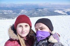 Uomo e donna che fanno selfie Fotografia Stock