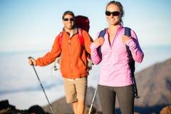 Uomo e donna che fanno un'escursione sulla bella traccia di montagna Fotografie Stock Libere da Diritti