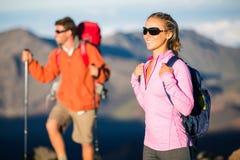 Uomo e donna che fanno un'escursione sulla bella traccia di montagna Fotografia Stock