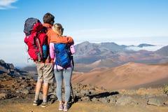 Uomo e donna che fanno un'escursione sulla bella traccia di montagna Immagini Stock Libere da Diritti