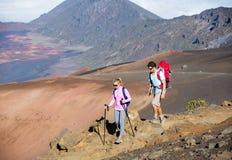 Uomo e donna che fanno un'escursione sulla bella traccia di montagna Fotografie Stock