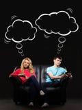 Uomo e donna che giocano con gli smartphones Fotografia Stock