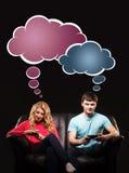 Uomo e donna che giocano con gli smartphones Immagine Stock