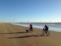 Uomo e donna che guidano una bici fotografia stock libera da diritti