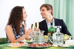 Uomo e donna che hanno cena romantica Fotografia Stock