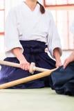 Uomo e donna che hanno lotta della spada di aikidi Fotografia Stock