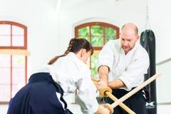 Uomo e donna che hanno lotta della spada di aikidi Fotografia Stock Libera da Diritti