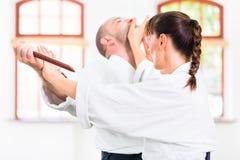 Uomo e donna che hanno lotta di coltello di aikidi Fotografie Stock