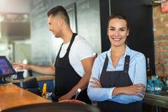 Uomo e donna che lavorano al caffè Fotografie Stock Libere da Diritti