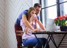 Uomo e donna che lavorano con il computer portatile Immagini Stock Libere da Diritti