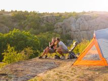 Uomo e donna che mangiano su uno sfondo naturale Una coppia che gode di bella vista Accampandosi, concetto di viaggio Copi lo spa Fotografia Stock Libera da Diritti