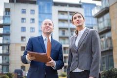 Uomo e donna che osservano in su Fotografia Stock