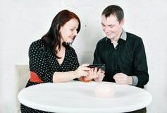 Uomo e donna che parlano facendo uso del telefono Fotografia Stock Libera da Diritti