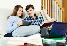 Uomo e donna che preparano per gli esami Immagine Stock