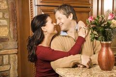 Uomo e donna che se lo esaminano. Fotografia Stock Libera da Diritti