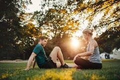 Uomo e donna che si esercitano al parco nella mattina Immagini Stock