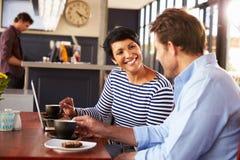 Uomo e donna che si incontrano sopra il caffè in un ristorante Fotografie Stock
